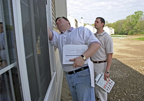 Builder and Man Inspect Side of Home_Stock ImagesConstructioniStock_000001642024Medium.jpg